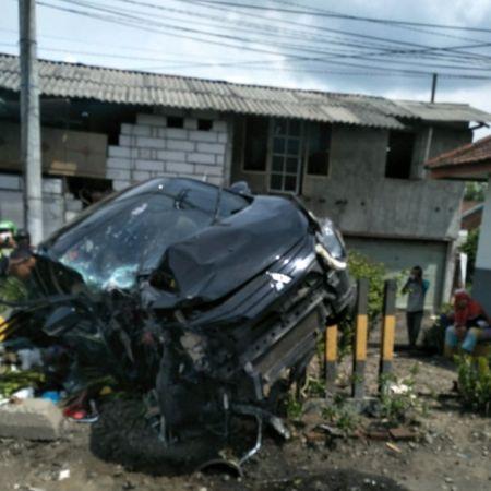 https: img.okezone.com content 2020 01 05 519 2149496 mobil-tertabrak-ka-mutiara-selatan-di-sidoarjo-satu-orang-tewas-Ei3jWj0tYp.jpg
