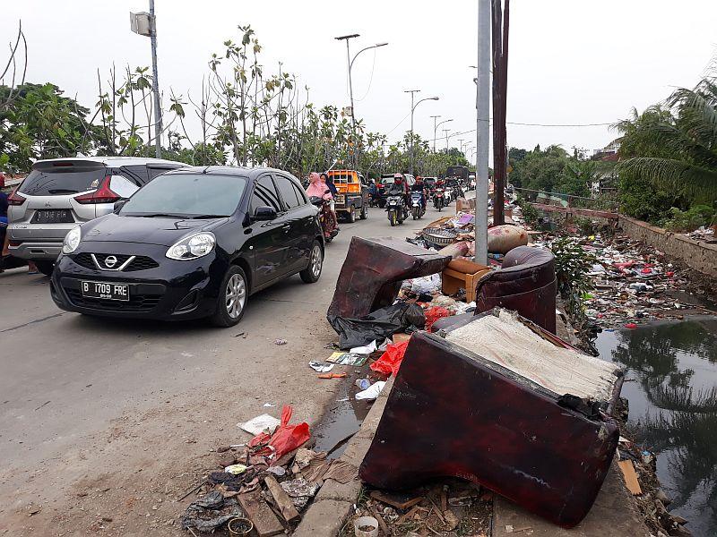 https: img.okezone.com content 2020 01 06 338 2149945 sampah-sisa-banjir-jadi-masalah-baru-di-bekasi-nGllN0Uh5a.jpg