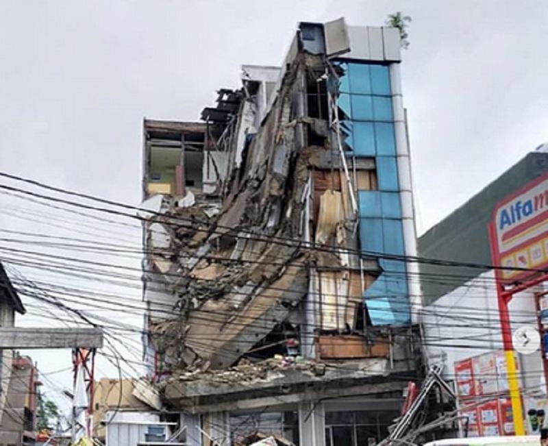 https: img.okezone.com content 2020 01 06 470 2149877 ambruk-setengah-gedung-lantai-4-di-slipi-sebaiknya-dirobohkan-MkG8gV5Ecb.jpg