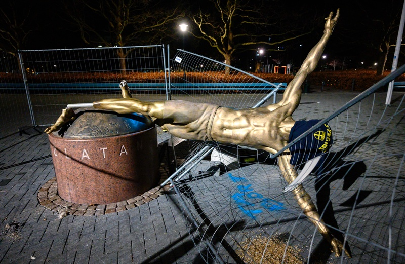 https: img.okezone.com content 2020 01 06 51 2149991 jadi-korban-vandalisme-patung-ibrahimovic-tak-berdiri-lagi-di-stadion-swedbank-SheVyJbYWl.jpg