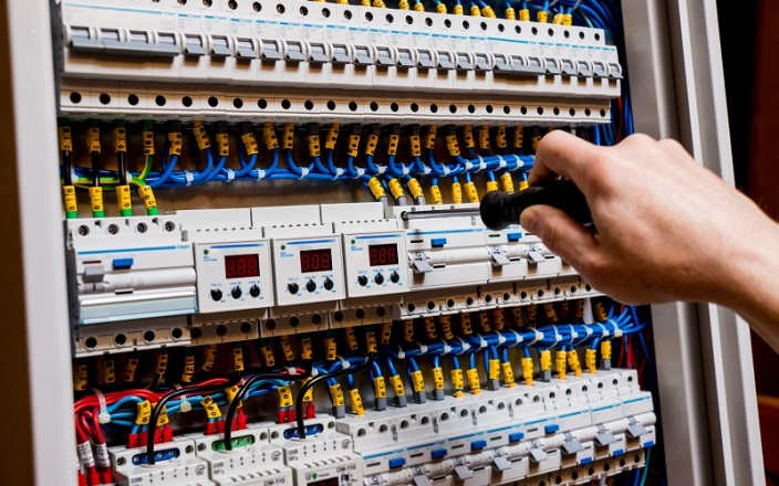 https: img.okezone.com content 2020 01 07 470 2150292 waspada-setrum-listrik-di-baja-ringan-instalasi-harus-dipasang-dengan-benar-V7HoluvVoc.jpg