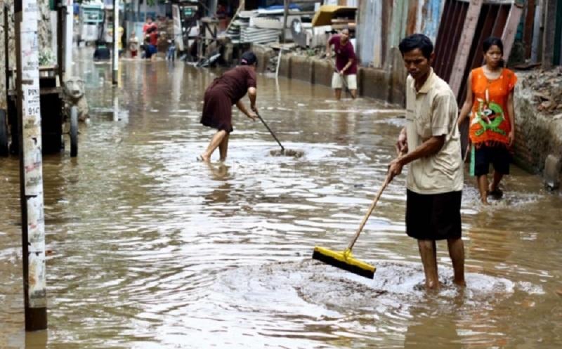 https: img.okezone.com content 2020 01 07 481 2150101 waspada-ini-5-penyakit-yang-mengintai-pasca-banjir-Q1PgAVUYqt.jpg