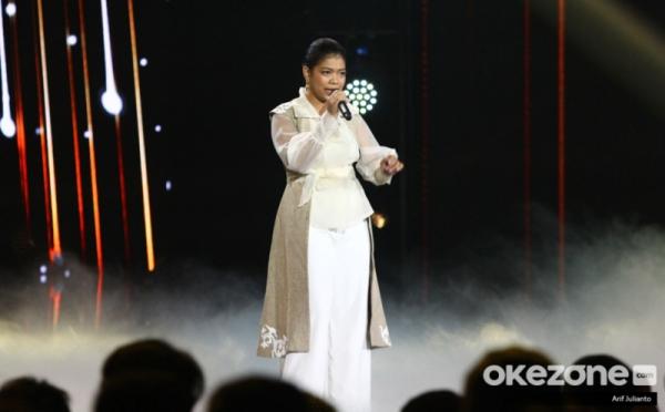 https: img.okezone.com content 2020 01 07 598 2150019 raih-standing-ovation-tangis-ainun-pecah-di-indonesian-idol-2020-hCG0Ymqam5.jpg