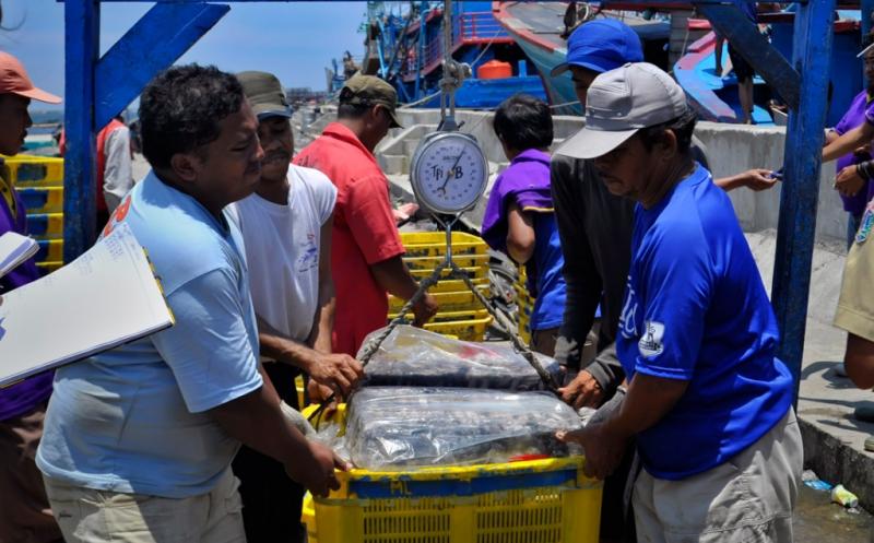 https: img.okezone.com content 2020 01 08 320 2150602 fasilitasi-nelayan-pemerintah-akan-bangun-skpt-di-natuna-utara-lC86ejRhnk.jpg