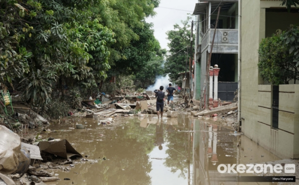 https: img.okezone.com content 2020 01 08 320 2150751 terungkap-10-penyebab-banjir-tahun-baru-dari-limpasan-air-sungai-hingga-sampah-kF0owkxLZH.jpg
