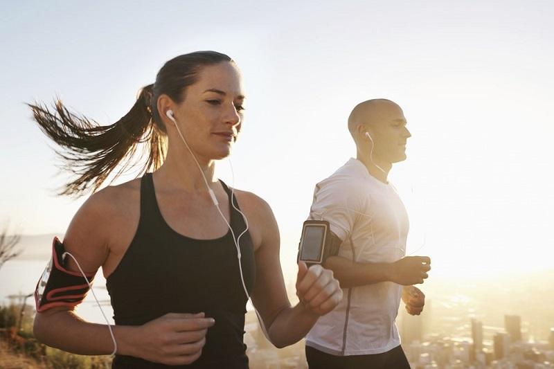https: img.okezone.com content 2020 01 08 481 2150838 olahraga-sambil-dengarkan-musik-bisa-lebih-banyak-bakar-kalori-lVueY0EdfO.jpg