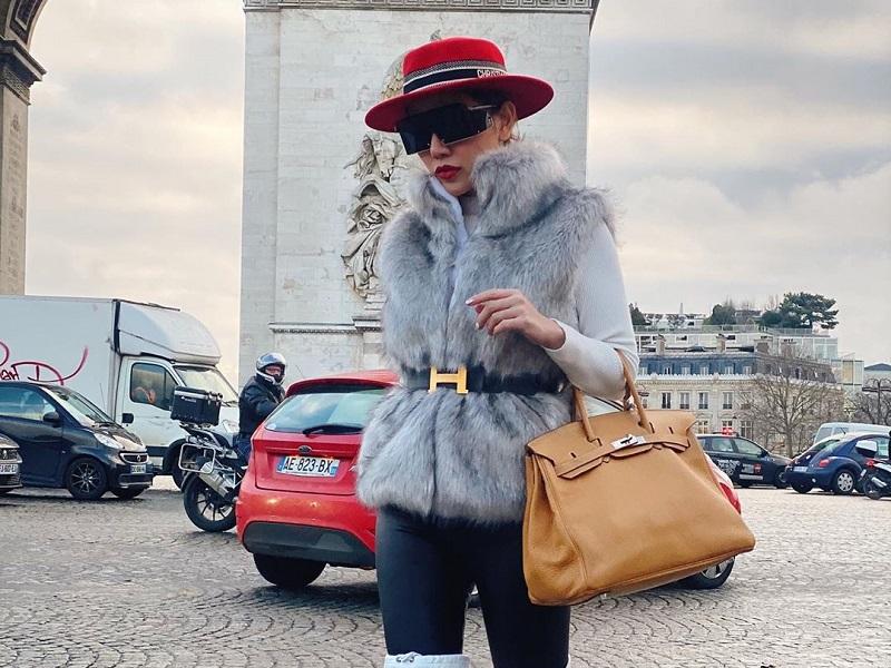 https: img.okezone.com content 2020 01 09 194 2151035 potret-tampilan-glamor-bella-shofie-saat-keliling-eropa-stunning-CbwOtYZvCa.jpg