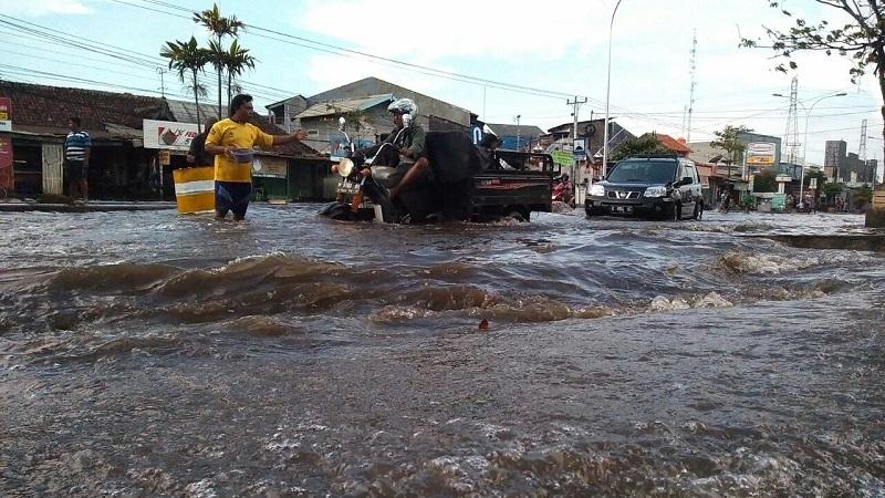 https: img.okezone.com content 2020 01 09 338 2151038 ini-sebaran-wilayah-di-jakarta-yang-berpotensi-terdampak-banjir-rob-foApdSdCl0.jpg