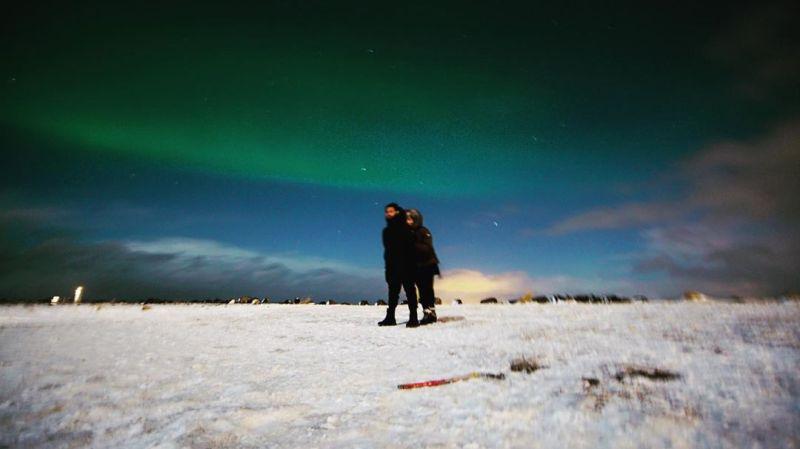 https: img.okezone.com content 2020 01 10 406 2151637 berburu-aurora-di-islandia-raffi-ahmad-dan-nagita-slavina-pelukan-manja-qiThXOx3hj.jpg
