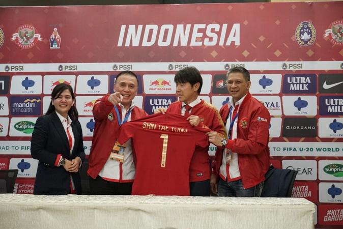 https: img.okezone.com content 2020 01 10 51 2151429 daftar-pelatih-lokal-yang-jadi-asisten-shin-tae-yong-di-timnas-indonesia-94r8UnToF1.jpg