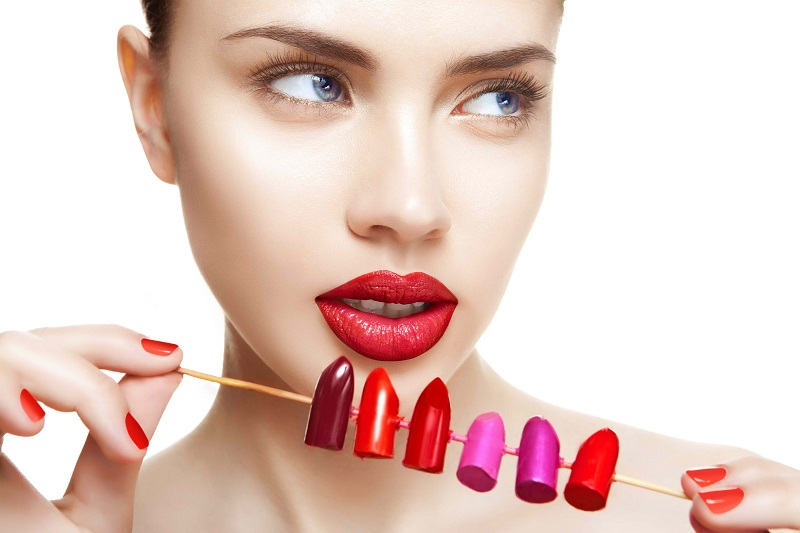 https: img.okezone.com content 2020 01 10 611 2151596 memilih-lipstik-yang-sesuai-dengan-warna-bibir-ini-kuncinya-POVe2btFkc.jpg