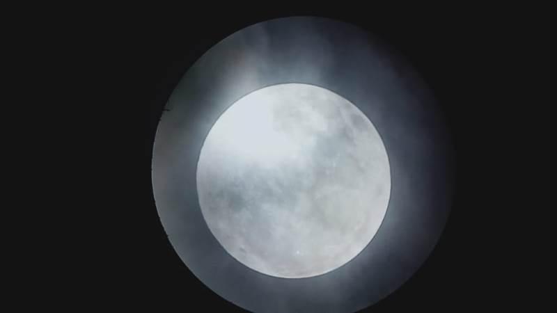 https: img.okezone.com content 2020 01 11 56 2151815 foto-foto-gerhana-bulan-penumbra-di-langit-kupang-nntJ8S0i1R.jpg