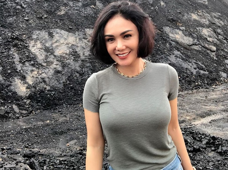 https: img.okezone.com content 2020 01 12 194 2151962 cantiknya-yuni-shara-main-ke-tambang-batu-bara-awet-muda-banget-MTAazLVcKS.jpg