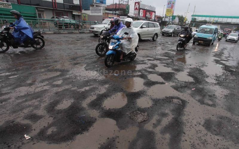 https: img.okezone.com content 2020 01 12 338 2152101 lebih-dari-sepekan-diguyur-hujan-sejumlah-jalan-di-jakarta-rusak-QEI5ltrF4T.jpg