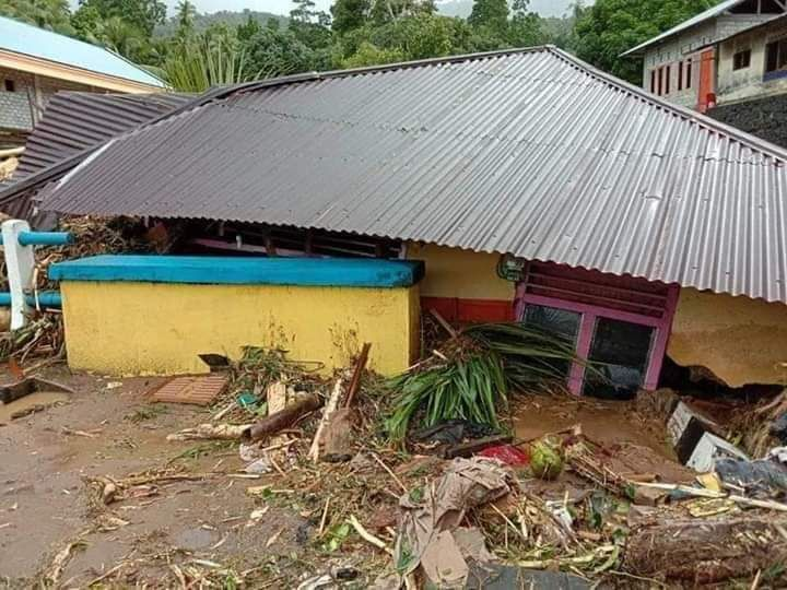 https: img.okezone.com content 2020 01 12 340 2152013 korban-banjir-bandang-sangihe-terima-bantuan-logistik-dari-kapolri-ObzvxR2ncn.jpg