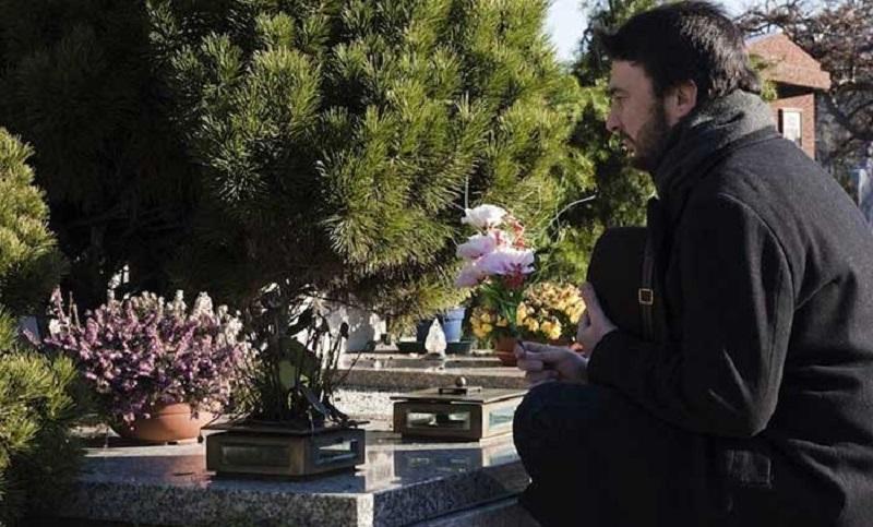 https: img.okezone.com content 2020 01 12 612 2152063 pria-ini-rela-kehilangan-pekerjaan-gara-gara-kecanduan-hadiri-pemakaman-CbThHyskqC.jpg
