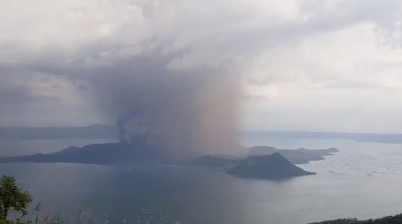 https: img.okezone.com content 2020 01 13 18 2152152 gunung-berapi-taal-muntahkan-abu-vulkanis-ribuan-orang-diminta-mengungsi-Y1q99r66dr.jpg