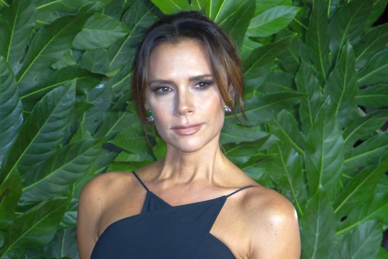 https: img.okezone.com content 2020 01 13 194 2152323 tampil-layaknya-anak-magang-victoria-beckham-siap-come-back-L8LMovoPeg.jpg