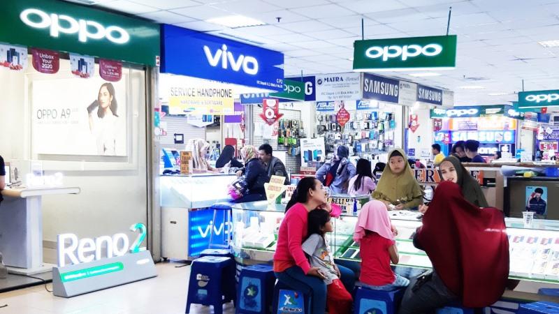 https: img.okezone.com content 2020 01 13 57 2152170 serbuan-toko-online-bikin-sepi-penjualan-ponsel-di-toko-fisik-an71BD9Qii.jpg