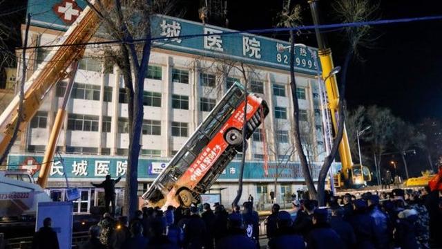 https: img.okezone.com content 2020 01 14 18 2152764 bus-terperosok-jalan-ambles-di-china-6-orang-tewas-dan-16-luka-luka-6vWDa3FJC1.jpg