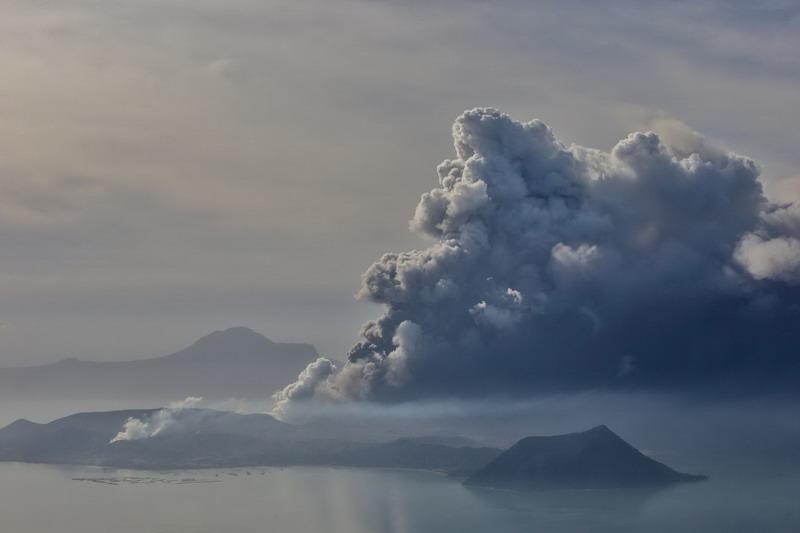 https: img.okezone.com content 2020 01 14 18 2152766 erupsi-gunung-taal-dinilai-berbahaya-ini-alasannya-Wau5U2J2sA.jpg
