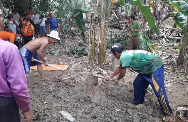 https: img.okezone.com content 2020 01 14 338 2152930 hanyut-saat-banjir-terjang-bogor-jasad-hilman-ditemukan-terkubur-lumpur-BKXTKrBOuZ.jpg