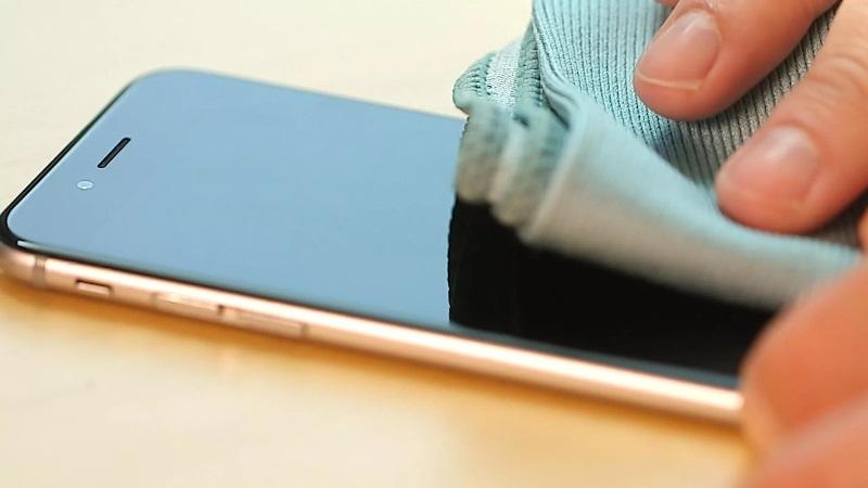 https: img.okezone.com content 2020 01 14 92 2152657 tips-merawat-layar-smartphone-agar-tidak-cepat-rusak-mUrIM01J1g.jpg
