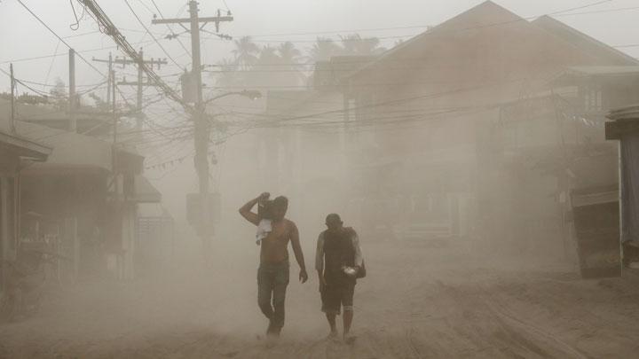 https: img.okezone.com content 2020 01 15 18 2153195 dievakuasi-dari-erupsi-gunung-taal-76-wni-dalam-keadaan-sehat-6KjaS2whdN.jpg