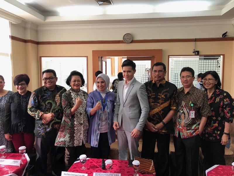 https: img.okezone.com content 2020 01 15 481 2153407 dokter-indonesia-tegas-tolak-peredaran-rokok-elektrik-SYF0NeoUhR.jpeg