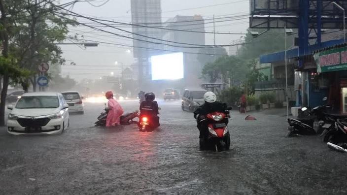 https: img.okezone.com content 2020 01 15 519 2153443 sejumlah-wilayah-di-surabaya-kebanjiran-usai-2-jam-diguyur-hujan-xQGq7zkk6t.jpg