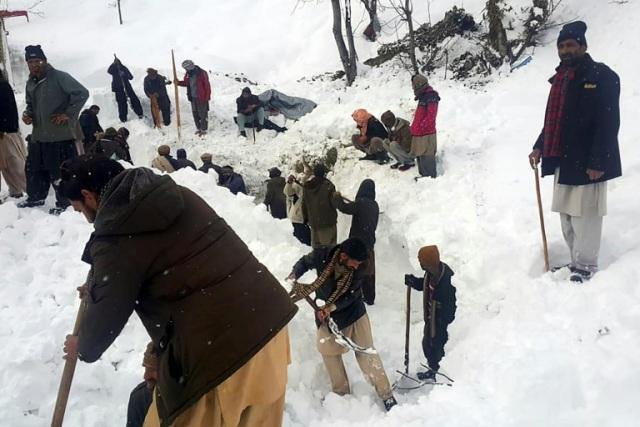 https: img.okezone.com content 2020 01 16 18 2153476 korban-tewas-akibat-salju-longsor-di-kashmir-bertambah-jadi-100-orang-t24enz4oBc.jpg