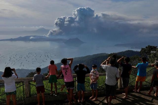 https: img.okezone.com content 2020 01 16 18 2153683 gunung-taal-masih-berpotensi-erupsi-meski-aktivitasnya-sudah-menurun-RqFE0BQq2l.jpg