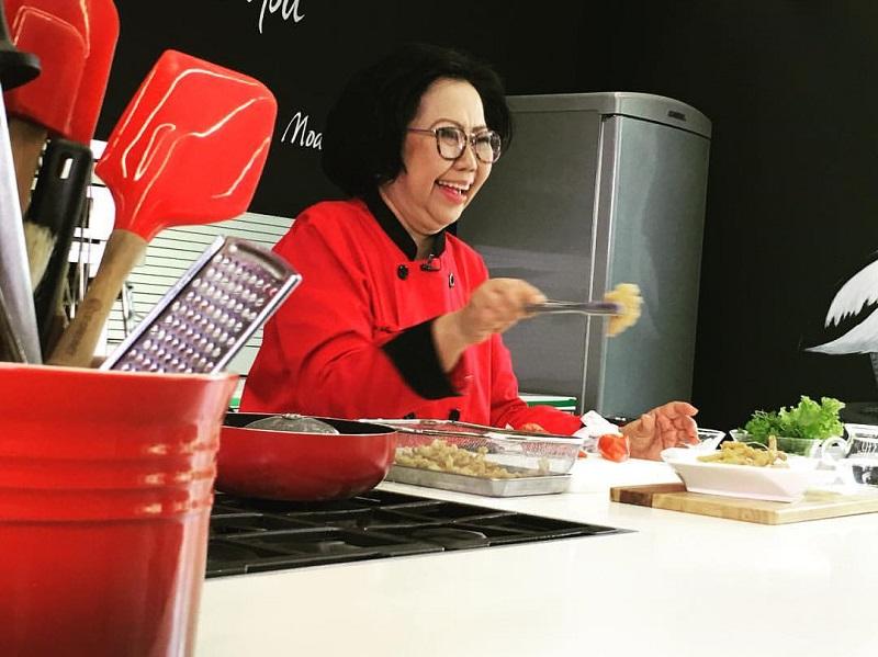 https: img.okezone.com content 2020 01 17 298 2154517 sisca-soewitomo-bagi-tips-bikin-shabu-shabu-ala-restoran-all-you-can-eat-di-rumah-UDbcErwR5m.jpg