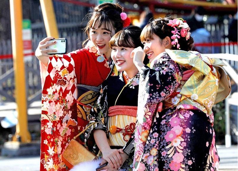 https: img.okezone.com content 2020 01 17 406 2154352 potret-muda-mudi-jepang-pakai-kimono-warna-warni-rayakan-hari-kedewasaan-y2FmlapF6P.jpg