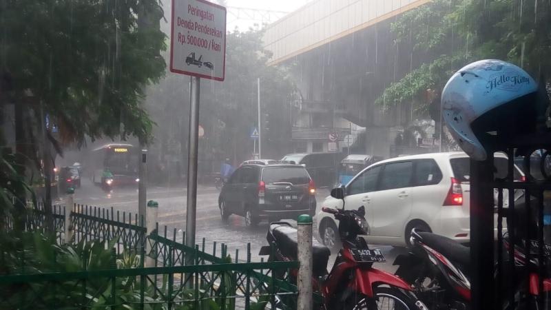 https: img.okezone.com content 2020 01 18 338 2154604 hujan-intai-jakarta-di-akhir-pekan-HdSuqtVXXR.jpg