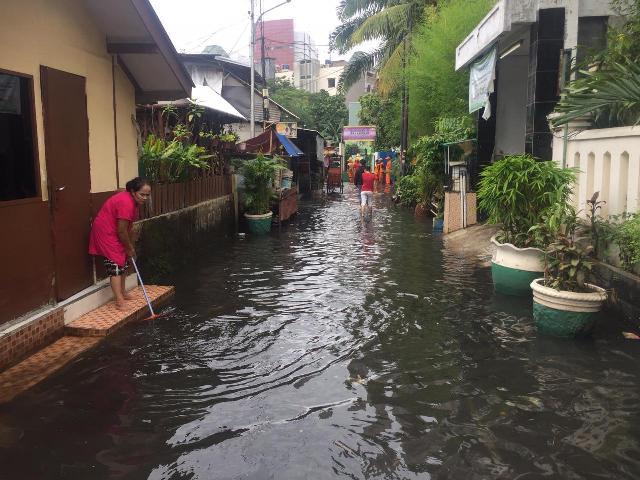 https: img.okezone.com content 2020 01 18 338 2154710 banjir-melanda-permukiman-di-kelurahan-gunung-jakarta-selatan-u8Muj7ZWtN.jpg