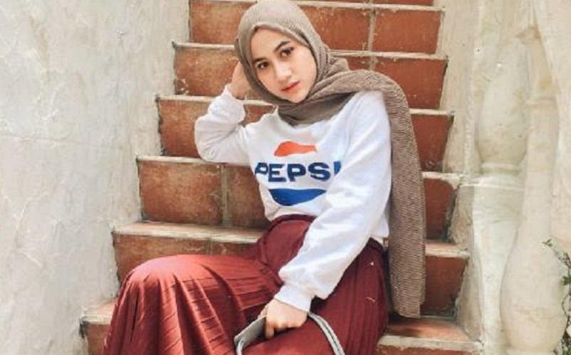 https: img.okezone.com content 2020 01 18 617 2154685 4-gaya-hijab-fashionable-yang-cocok-untuk-ke-kampus-TiiLJNhRb9.jpg