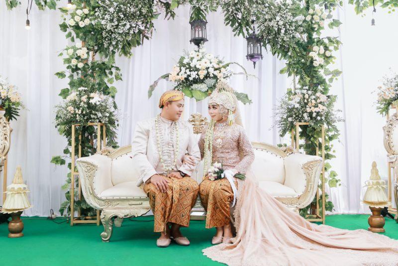 https: img.okezone.com content 2020 01 19 194 2155002 meneropong-tren-pernikahan-2020-baju-adat-akan-kembali-tenar-ncAwu3qigv.jpg