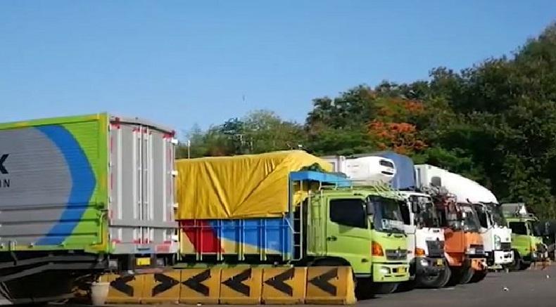 https: img.okezone.com content 2020 01 19 244 2155051 cerita-sopir-truk-menunggu-3-hari-untuk-menyebrang-dari-pelabuhan-padangbai-f9mxYp08yR.jpg