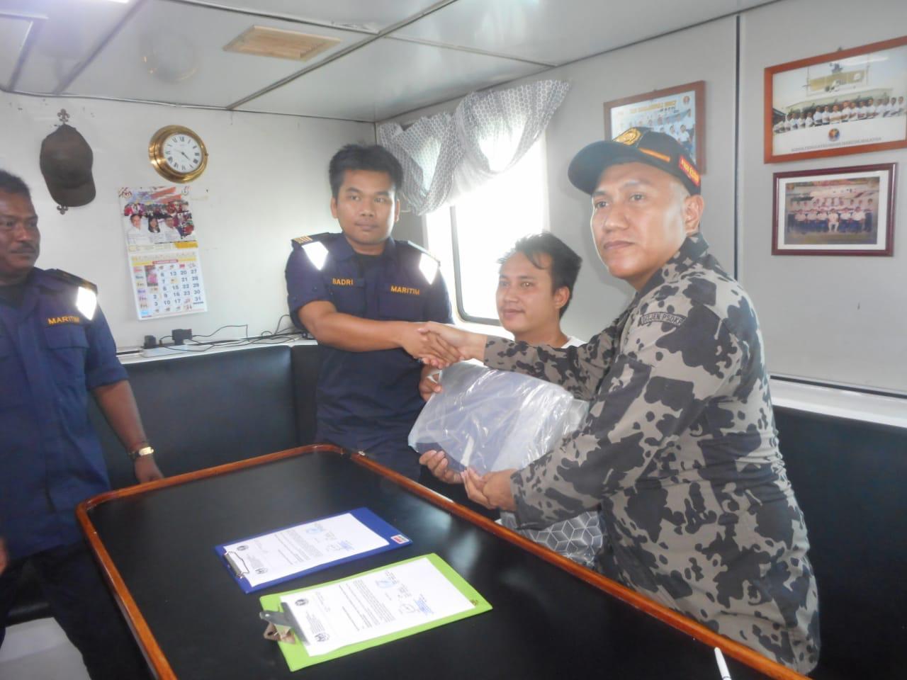 https: img.okezone.com content 2020 01 19 320 2155036 kkp-bebaskan-15-nelayan-yang-ditangkap-aparat-malaysia-VILFsKeDSI.jpg