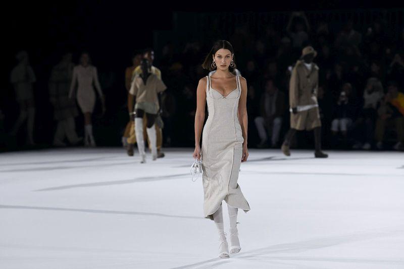 https: img.okezone.com content 2020 01 20 194 2155292 paris-fashion-week-2020-gigi-hadid-tampil-menggoda-dengan-dress-belahan-tinggi-MmyLpfiCth.jpg