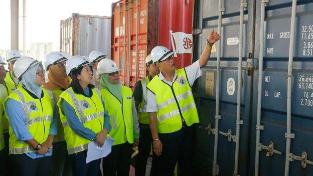 https: img.okezone.com content 2020 01 21 18 2155848 malaysia-kembalikan-150-kontainer-sampah-plastik-ke-negara-asal-oi7vwgvyjH.jpg