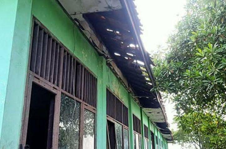 https: img.okezone.com content 2020 01 21 338 2156055 kepsek-sd-samudrajaya-bekasi-tak-sanggup-perbaiki-sekolah-karena-terbentur-dana-6iXnYW6FC6.jpg