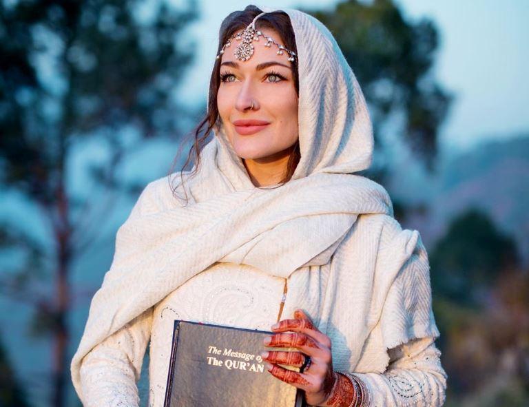 https: img.okezone.com content 2020 01 22 614 2156542 kisah-mualaf-vlogger-cantik-menemukan-ketenangan-dalam-islam-tdaCCn8yAt.jpg