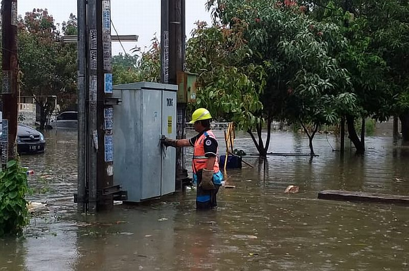 https: img.okezone.com content 2020 01 24 320 2157748 jakarta-banjir-lagi-pln-padamkan-15-gardu-listrik-evJ3LTFzJH.jpg