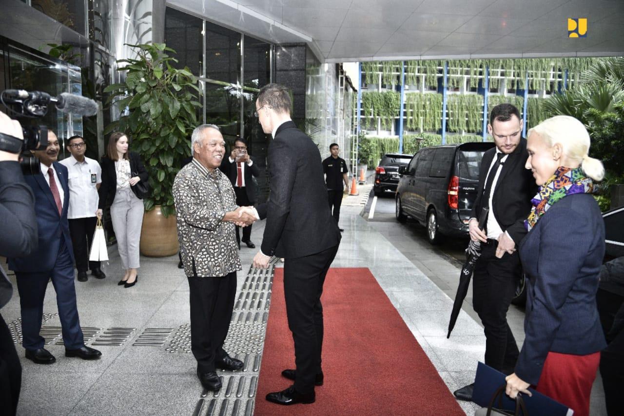 https: img.okezone.com content 2020 01 24 470 2157696 menteri-basuki-hongaria-tawarkan-kerjasama-di-bidang-air-minum-TZLuAZ9T4f.jpeg