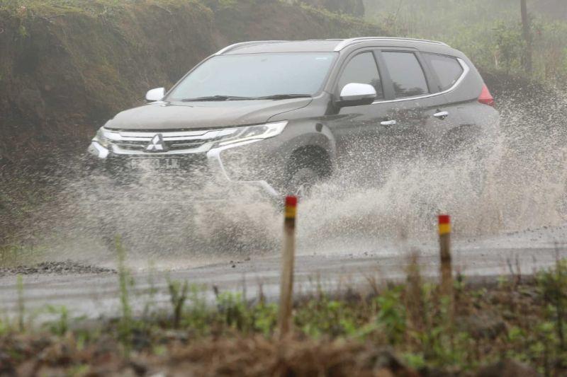 https: img.okezone.com content 2020 01 24 52 2158006 cara-mitsubishi-bikin-mobil-konsumen-nyaman-di-musim-hujan-BDvBn8dUmw.jpg