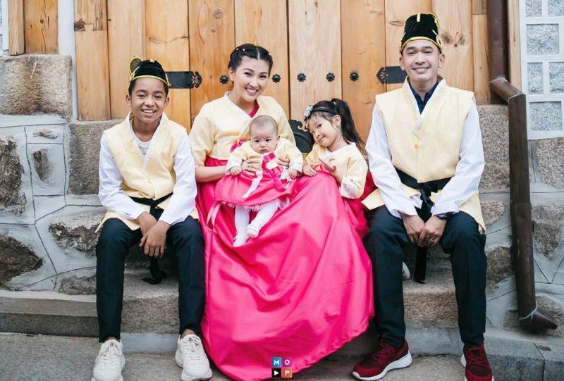 https: img.okezone.com content 2020 01 25 33 2158141 tradisi-imlek-ruben-onsu-dan-sarwendah-pakai-baju-kembar-sekeluarga-rWpF8C5eSl.jpg