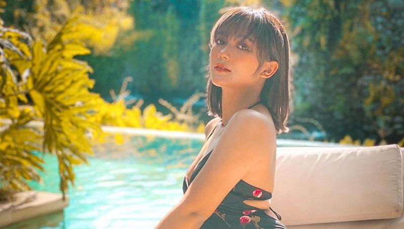 https: img.okezone.com content 2020 01 25 33 2158320 pakai-baju-pengantin-marion-jola-bikin-netizen-heboh-omWM2B6ALs.jpg