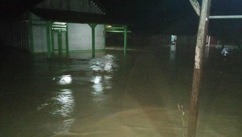 https: img.okezone.com content 2020 01 25 519 2158091 banjir-terjang-desa-di-bojonegoro-257-keluarga-terdampak-rTCd6U4bcC.jpg